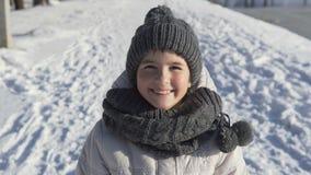 Ung flickastående i vintern Tid stock video