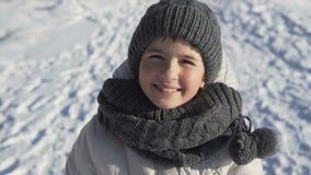 Ung flickastående i vintern Tid arkivfilmer
