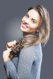 Ung flickastående med långt brunt hår Härlig kvinna med skönhetbrunthår Arkivfoton