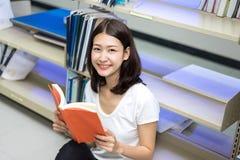 Ung flickastudent Reading Book arkivbilder