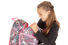 Ung flickastudent som öppnar hennes ryggsäck Arkivfoto