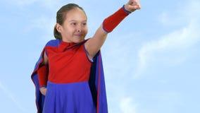 Ung flickasuperheroen flyger arkivfilmer
