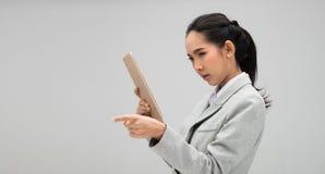 Ung formell dr?kt f?r aff?rskvinna som ser minnestavlan arkivbild