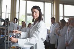 Ung forskare för medicinbärareläkemedel Professor för kvinnasnillechemistUniversity intern Framkallande ny medicin för p arkivbilder
