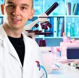 Ung forskare i modernt laboratorium Arkivfoton