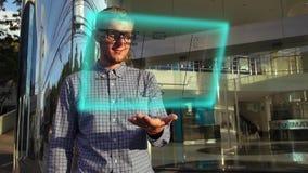 Ung forskareUse Futuristic Hologram manöverenhet lager videofilmer