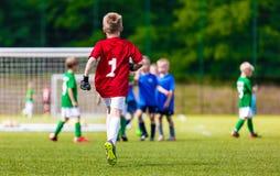 Ung fotbollGoaliemålvakt Ung pojkefotbollGoalie Fotboll för ungdomsportfotboll Arkivbild