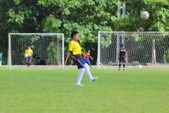 Ung fotbollsspelare av CHIANGMAI-FOTBOLLKLUBBAN 700 ÅR Arkivbild