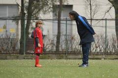 Ung fotbollsspelare och hans lagledare Royaltyfri Foto