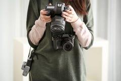 Ung fotograf med kameror, Royaltyfria Bilder