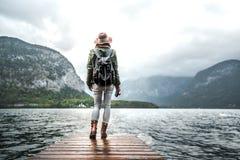Ung fotograf på en pir på sjön royaltyfri foto