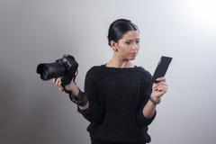 Ung fotograf som är förvirrad med kamerainställningar royaltyfri fotografi