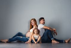 Ung framtid uppfostrar en man och en rödhårig gravid kvinna med arkivbild