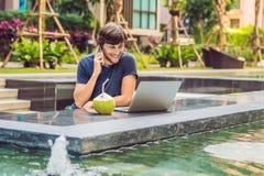 Ung freelancer som arbetar på semester bredvid simbassängen Arkivfoton