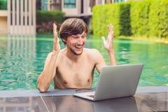 Ung freelancer som arbetar på semester bredvid simbassängen Royaltyfria Foton