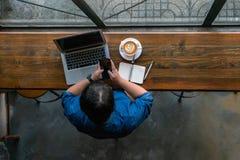 Ung freelancer som arbetar på smartphonen arkivbild