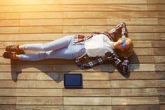Ung freelancerkvinna som utomhus vilar efter arbete med den digitala minnestavlan royaltyfri foto