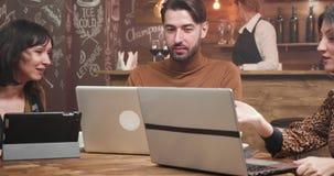 Ung frilans- entreprenör som mottar rådgivning från hans kvinnliga kollegor stock video