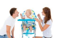 Ung föräldermatning behandla som ett barn. Fotografering för Bildbyråer