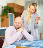 Ung fru som argumenterar med maken Fotografering för Bildbyråer