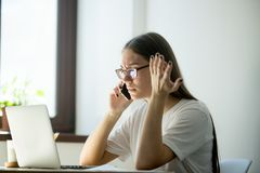 Ung frustrerad affärskvinna som över diskuterar avtalsdetaljer royaltyfri bild
