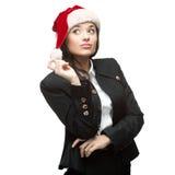Ung fundersam affärskvinna i santa hattanseende som isoleras på Royaltyfri Foto