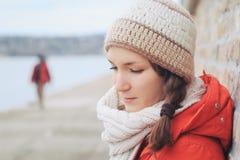 Ung fundersam ensam kvinna i vinterkläder Fotografering för Bildbyråer
