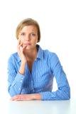 Ung fundersam kvinnlig i den isolerade blåa skjortan Royaltyfria Bilder