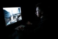 Ung gamer i mörkret Arkivfoton