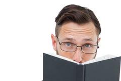 Ung geek som ser över den svarta boken Arkivbilder