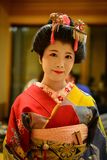Ung Geisha som utför på den lokala restaurangen Royaltyfri Foto