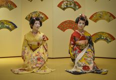Ung Geisha som utför på den lokala restaurangen Royaltyfri Bild