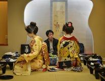 Ung Geisha som utför på den lokala restaurangen Arkivbild
