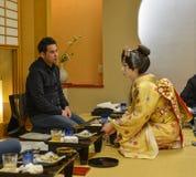 Ung Geisha som utför på den lokala restaurangen Royaltyfria Bilder