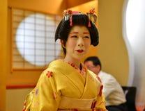Ung Geisha som utför på den lokala restaurangen Royaltyfri Fotografi