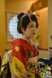 Ung Geisha som utför på den lokala restaurangen Fotografering för Bildbyråer