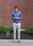 Ung gentleman med en Smartphone Royaltyfri Fotografi