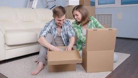 Ung gift parflyttning till en ny lägenhet lager videofilmer
