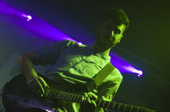 Ung gitarrist royaltyfri foto