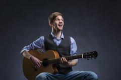Ung gitarrspelare Arkivbild