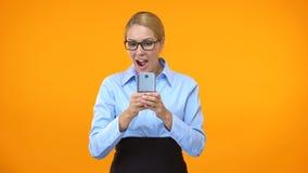 Ung gladlynt affärskvinna som läser emailen på smartphonen, lyckat avtal stock video