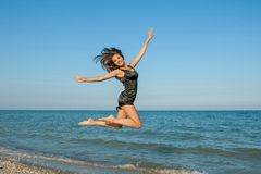 Ung gladlynt flicka på havet royaltyfria foton