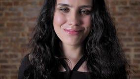 Ung gladlynt flickayoga ler och att be händer omfamning, trobefruktningen, tegelstenbakgrund arkivfilmer