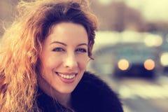 Ung gladlynt härlig kvinna för Headshot utomhus Fotografering för Bildbyråer