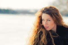 Ung gladlynt härlig kvinna för Headshot utomhus Arkivbilder