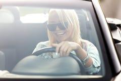 Ung gladlynt kvinna som rider cabrioleten arkivfoton