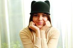 Ung gladlynt le kvinna i gullig hatt arkivfoton