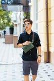 Ung grabb i rund solglasögon som poserar på kamera royaltyfri bild