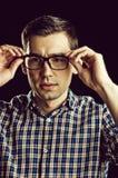 Ung grabb, nerd i exponeringsglas och trendig rutig skjorta fotografering för bildbyråer