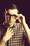 Ung grabb, nerd i exponeringsglas och trendig rutig skjorta arkivfoto